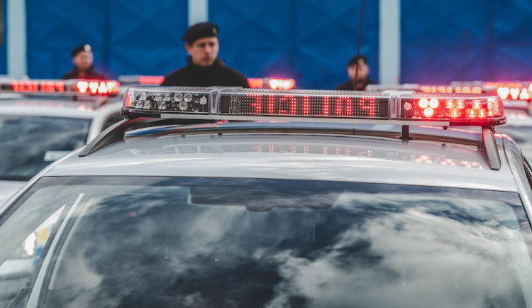 Čtyřiadvacetiletý opilý muž řídil auto plné lidí. Dva cestující přibral i do kufru