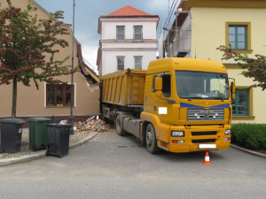 S náklaďákem naboural do dvou domů, do zákazu vjezdu ho prý navedla navigace