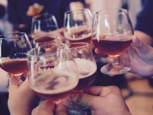 Kontroly podniků v Budějcích odhalily vážné přestupky, patnáct opilých dětí se pokusil schovat provozovatel ve sklepě