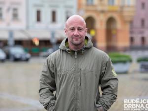 Oprávněná kritika může lidi posunout správným směrem, říká organizátor Město lidem Robin Mikušiak