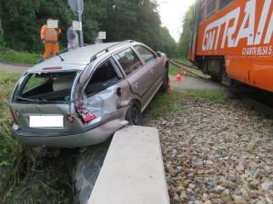 Řidička nedala přednost vlaku, zranila sebe i dvě děti