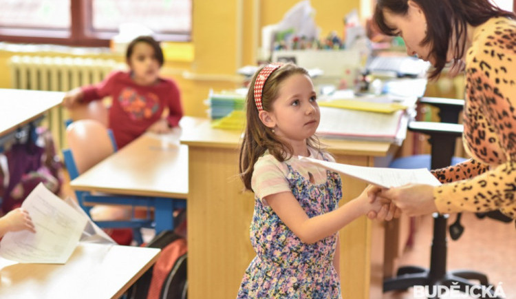 Některé školy na jihu Čech už začaly rozdávat vysvědčení