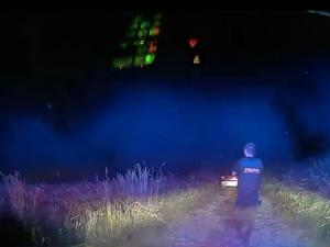 VIDEO: Opilý muž ujížděl policistům, zastavil ho až varovný výstřel