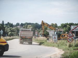 Prach, hluk a rozbitá silnice. Lidé si stěžují na výstavbu dálnice D3 u Vidova