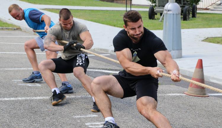 Strakoničtí vojáci přivítali léto sportem, hry prověřily jejich sílu i fyzičku