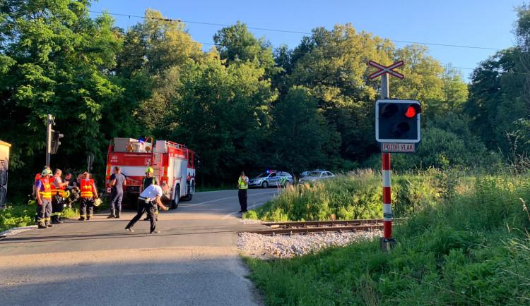 U Hluboké se srazil osobák s vlakem. Nehodu nepřežila osmačtyřicetiletá žena