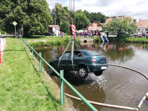 S autem skončil v rybníce, u nehody zasahovali profesionální i dobrovolní hasiči