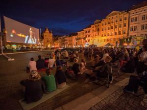 Na náměstí začíná Filmové léto. U kašny zaparkuje Kinematograf bratří Čadíků