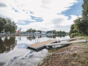 Město instaluje koupací mola, koupání v řece je ale na vlastní nebezpečí