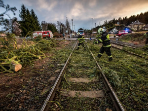 Hasiči za sebou mají stovku výjezdů, od rána řeší popadané stromy na kolejích