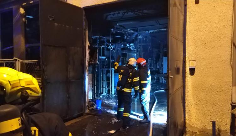 Hasiči likvidovali požár v areálu firmy Brisk v Táboře, vyhlášen byl třetí stupeň požárního poplachu