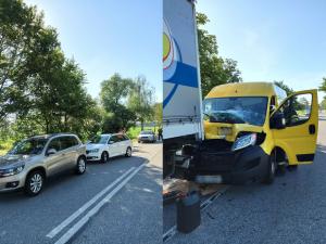 U Vodňan je kompletně zavřená silnice. Jeden z řidičů dával přednost kachnám, auto za ním nedobrzdilo