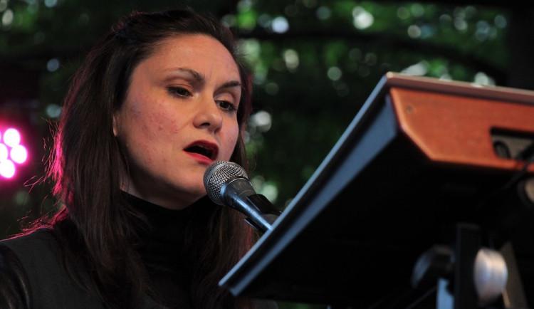 FOTO: Zadumaný anděl s krásným hlasem v Budějcích… U Slavie vystoupila Lenka Dusilová