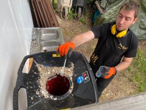 Bistro na Lipně kompostuje použité kelímky, tácky a příbory. Vzniklým materiálem pak hnojí rostliny