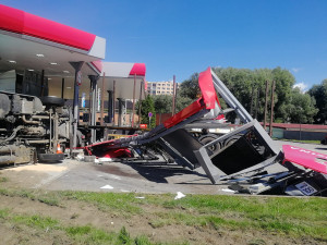 Dva náklaďáky zdemolovaly benzinku. Jeden z řidičů se vyhýbal sanitce