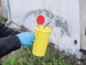 Od začátku roku likvidovali strážníci přes 300 použitých injekčních stříkaček. Nejvíce jich je kolem vlakového nádraží