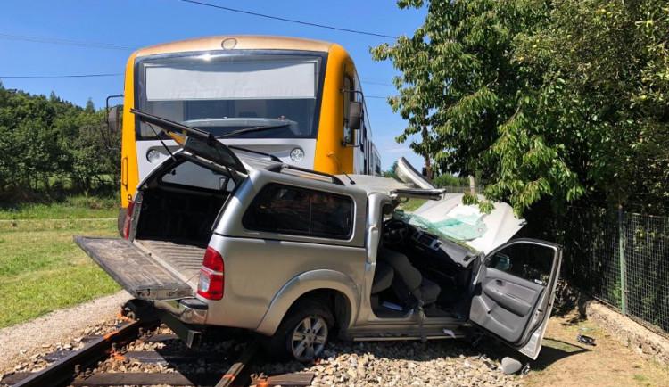 Na Strakonicku se srazil vlak s osobním autem. Pro řidiče auta letěl vrtulník