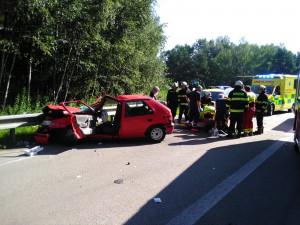 Nehoda dvou aut na několik hodin uzavřela silnici, zraněnou spolujezdkyni z osobáku museli hasiči vystříhat