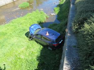 Řidička se nevěnovala řízení, srazila chodkyni a s autem skončila v řece