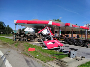 VIDEO: Hrozivě vypadající nehoda náklaďáků na Jindřichohradecku. Auta zbořila benzinku