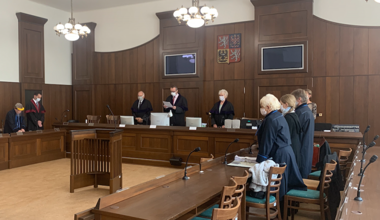 Soud snížil trest ženě, která v Budějcích vyhodila batole z okna