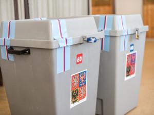 Strany usilují o zavedení korespondenčních voleb, hlasovat by se mohlo například z auta