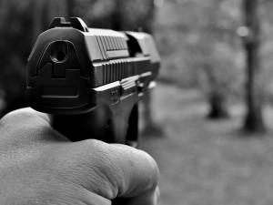 Policista použil služební zbraň proti agresivnímu pachateli, muž na místě zemřel