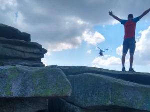 Na Šumavě spadl ze skály německý turista