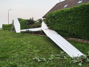 Pilotovi nevyšlo přistání s kluzákem, naboural s ním do plotu