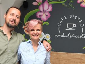 Moc dobré dortíky a silná sicilská káva. Café – bistro na dobré cestě v Hluboké nad Vltavou si lidé okamžitě zamilovali