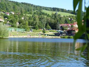 Sezóna Hornobránského rybníku předčasně skončila, testy potvrdily sinice i nebezpečného parazita. Krumlov už přistoupil k opatřením