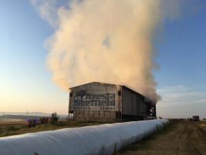 Hasiči v Táboře likvidují požár velkoobjemového skladu sena, škoda přesáhne milion