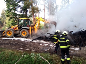U Hosína hoří od noci les, zásah komplikuje složitý terén