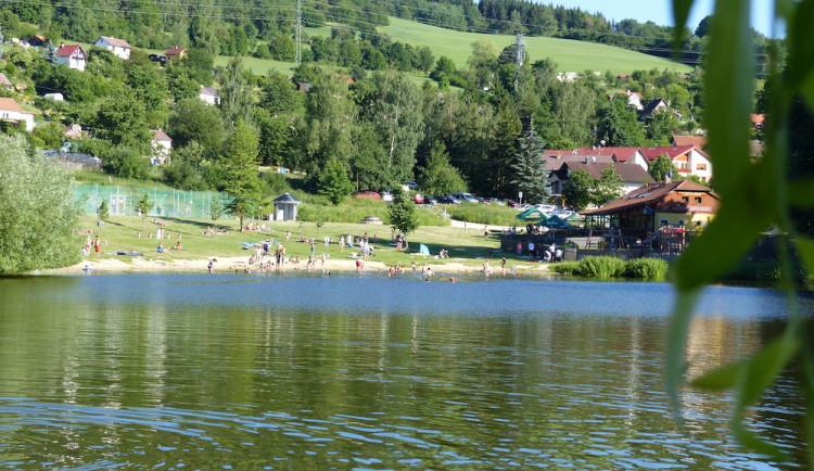Voda v Hornobránském rybníku se mírně zlepšila, koupání ale stále může způsobovat kožní alergie
