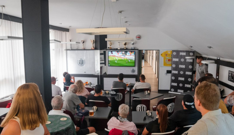 Zápas na Baníku sledovali permanentkáři ve VIP prostorech na Dynamu