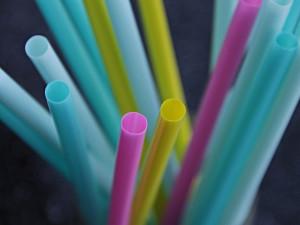 Některé jednorázové plasty by od července neměly jít na trh