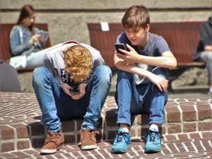 Mladí užívají návykové látky méně, víc jsou on-line