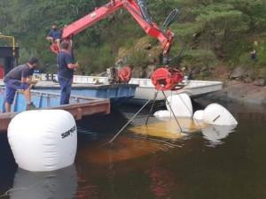 Potopenou loď museli z Orlíku vytáhnout hasiči