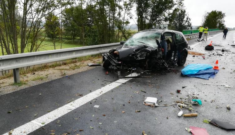 Po srážce dvou aut zemřel u Protivína jeden člověk. Spolujezdkyni letecky převezli do nemocnice