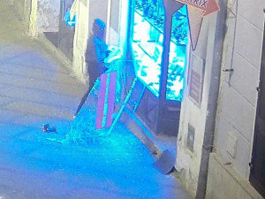 Policie pátrá po muži z kamerových záznamů. Maskovaný zloděj ukradl ze zlatnictví šperky za více než půl milionu