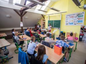 Třetina nových případů koronaviru je spojena se školskými zařízeními. Děti poté nákazu šíří v rodinách