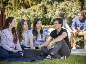 Jak zvládnout vysokou školu? Na VŠTE se zaměří na první ročníky, čeká je řada novinek i stálé studijní kruhy