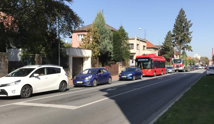 Doprava v okolí nemocnice kolabovala. Testování na koronavirus zkomplikovalo provoz v ulici Boženy Němcové