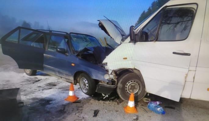 Při střetu osobního auta a dodávky zemřela ráno starší žena