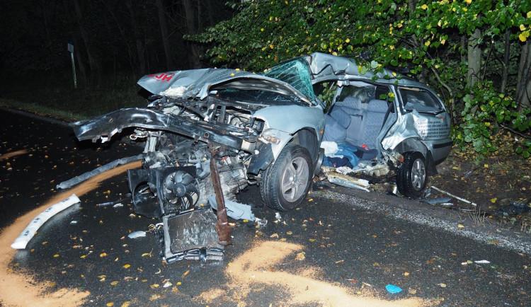 Tragická nehoda na Táborsku. Řidič zemřel po nárazu do stromu, jeho auto se poté střetlo s poštovní dodávkou