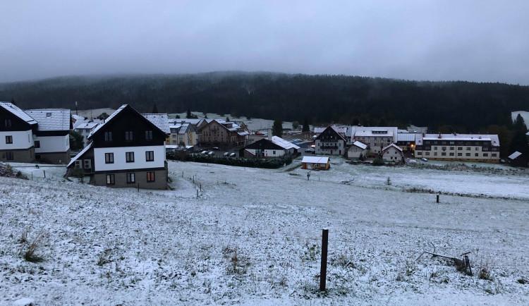 Šumavu zasypal první sníh. Po chladném víkendu se podle meteorologů oteplí