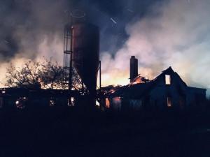 FOTO: Rozsáhlý požár bývalého kravína. Škoda překročí milion korun, příčinu zjišťuje vyšetřovatel