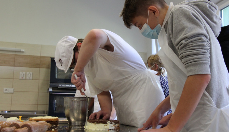 Vyzkoušeli si pečení dortu i výrobu dřevěné židle. Osmáci z Třeboně navštívili lišovské učiliště