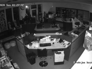 FOTO, VIDEO: Policie hledá trojici zlodějů. S beranidlem v ruce vybílili obchod s počítači