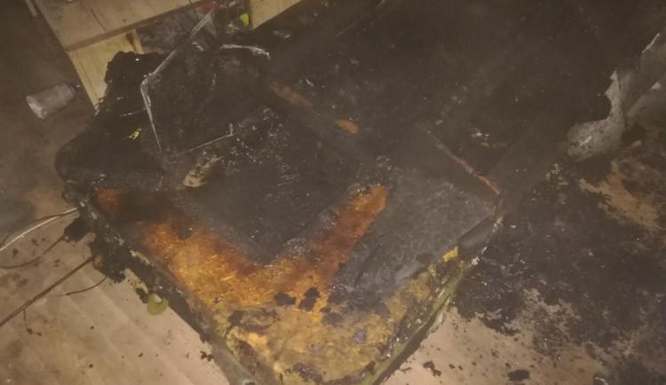 Kvůli požáru se muselo z šestipatrového paneláku evakuovat třicet lidí